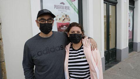 Pablo e Ivana, ante el bajo de la Travesía da Mariña donde prevén abrir una heladería a finales de junio