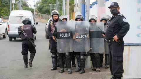 Agentes de la Policía Nacional, en el exterior de la sede de la Fiscalía General de Nicaragua
