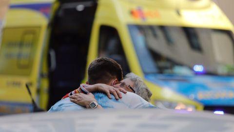 Vecinos abrazándose tras el incendio en la Avenida da Concordia de A Coruña