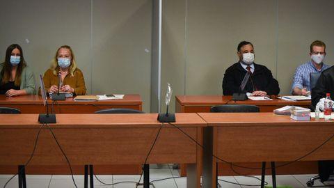 María Gombau, a la izquierda y Gabriel Carvajal, a la derecha, sentados en la Audiencia de Valencia
