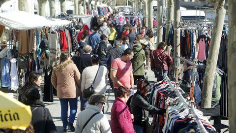 El feirón del segundo domingo de cada mes se celebra en la zona de la Alameda