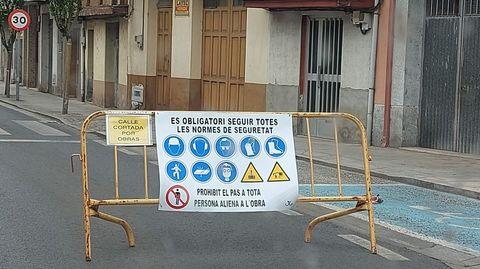 Fotografía de la calle y el cartel difundida por el PP de Monforte