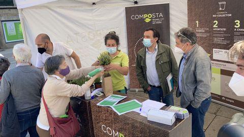 El alcalde y el concejal de residuos, en la carpa informativa del plan Composta