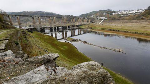 Embalse de Portomarín con un nivel de agua muy bajo, donde se puede apreciar el antiguo puente anegado