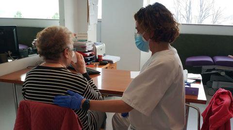 Las logopedas trabajan con los pacientes en la unidad de rehabilitación poscovid del Chuac, situada en el Hospital de Oza, en A Coruña