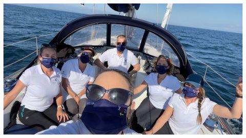 Parte de la tripulación, mayoritariamente femenina, en su rumbo a Galicia