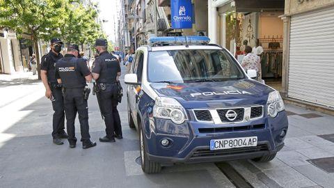 Agentes de la Policía Nacional, de patrulla este jueves en las calles de Pontevedra.