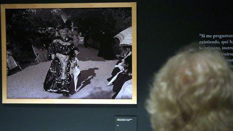 Una visitante contempla una fotografía de Pardo Bazán paseando por los coruñeses jardines de Méndez Núñez, en 1904.