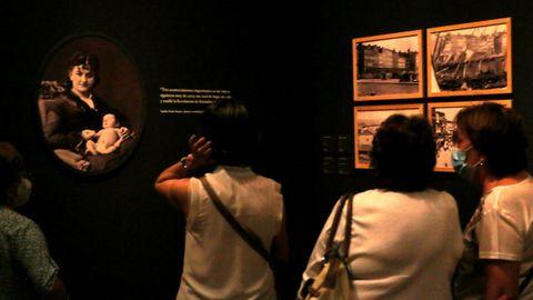 Varias visitantes contemplan la faceta de madre de Pardo Bazán, recogida en este retrato.
