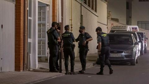 Agentes de la Guardia Civil junto al domicilo del presunto asesino de Rocío Caíz