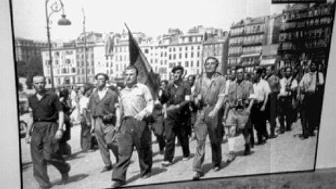 En el centro, con camisa blanca, Alfred Woiznik, conocido como Coronel Maxine o Max Brings, durante la liberación de Marsella, el 15 de agosto de 1944