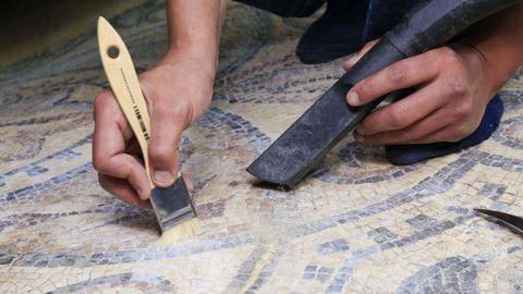 Restos de sedimentos sobre los mosaicos romanos de Lugo que se aspiran
