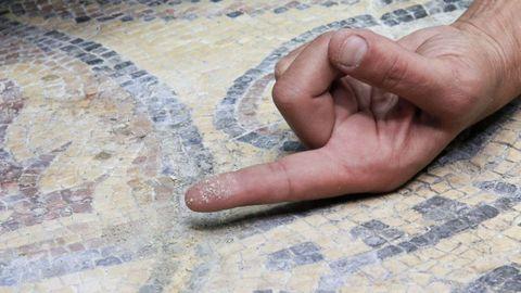 Restos de sedimentos sobre los mosaicos romanos de Lugo