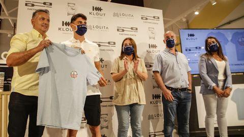 La marca Klout, de Lolita Moda, viste a Caetano Horta y lanza una camiseta especial