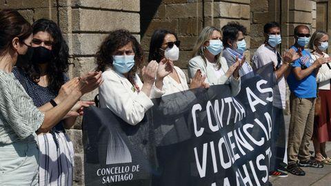 Representantes de todos los grupos del Ayuntamiento de Santiago en la concentración celebrada este viernes contra la violencia machista