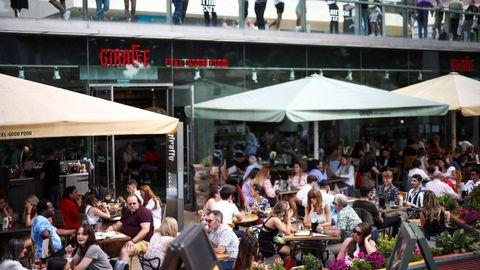 Las aglomeraciones, al margen de la variante, han contribuido al avance de la epidemia en el Reino Unido, como se ve en esta terraza de Londres