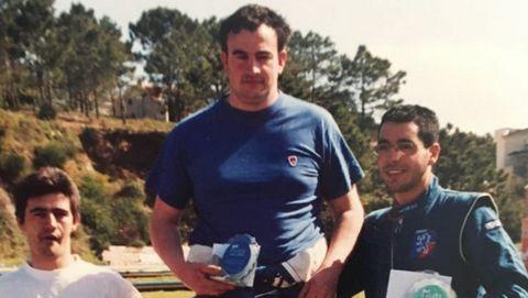 Víctor Magariños, el piloto fallecido, en el centro de la imagen, en el número uno de un podio hace años en una prueba de slalom en O Salnés