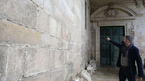 César Carnero señala la pared barroca tras la que se esconde la puerta románica
