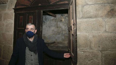 En el interior, se encuentra oculta tras lo que en su día fue una capilla
