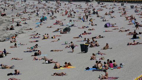 Separaciones en la playa de Riazor, en A Coruña