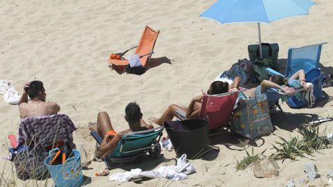 Un grupo disfrutando de la playa en Doniños