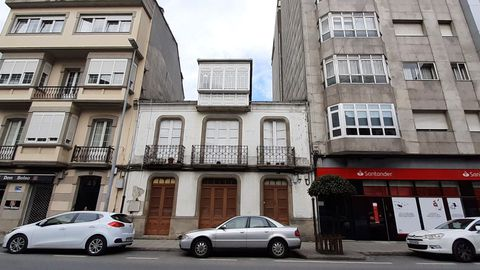 A Casa Maragata (no medio, antes do incendio) era un dos edificios máis coñecidos da rúa da Pravia