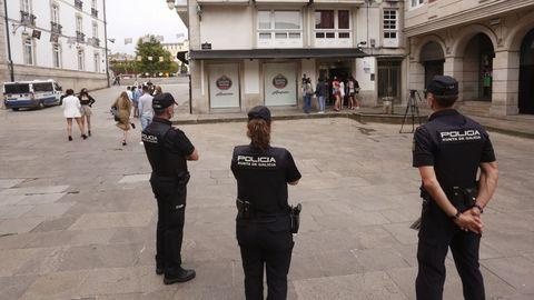 La Policía Autonómica vigilando el exterior del pub