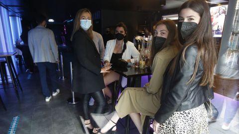 Un grupo de amigas dentro del pub Anagrama