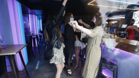 Un grupo de amigas bailando