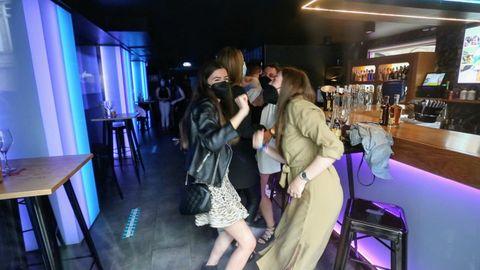 Jóvenes bailando en el Anagrama