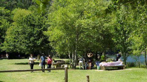 A la orilla del Eume, en el corazón de As Fragas, una zona de descanso tiene mesas, bancos y fuentes