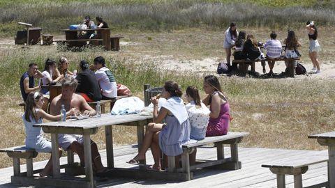 El aparcamiento de la playa de Doniños, en Ferrol, cuenta con un parque de juegos y un amplio merendero