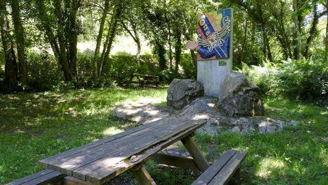 A quienes se adentren en los senderos de Esmelle, en Ferrol, el mago Merlín los acompañará durante el descanso