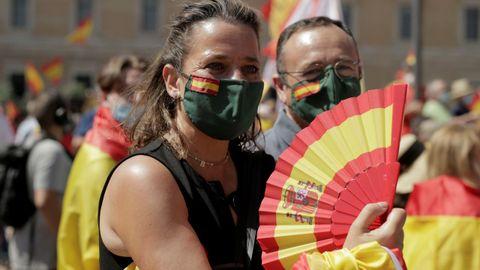 Una asistente a la marcha contra los indultos luce abanico con la bandera de España en Colón