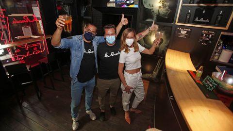 Los primeros clientes en la reactivación del ocio nocturno en el pub La Pomada de Pontevedra