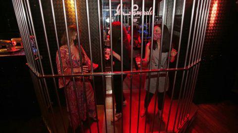 Los primeros clientes en la reactivación del ocio nocturno en el pub La Pomada de Pontevedra, en una prueba piloto