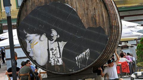 Una de las obras del artista Sentydo Arta de la campaña dedicada a los besos sin mascarillas en Oviedo