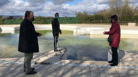 Los ediles de Urbanismo y Servizos Públicos Estruturais, Ramón Gómez y Rafa Penabad, visitando la piscina con la alcaldesa, Elvira Lama