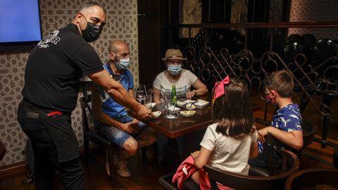 Los locales de hostelería de Barbanza disponen de un 50 % de aforo interior con hasta un máximo de seis personas por mesa