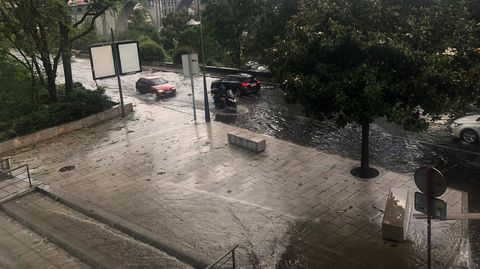 Tormenta en Ourense.La calle Curros Enríquez está inundada