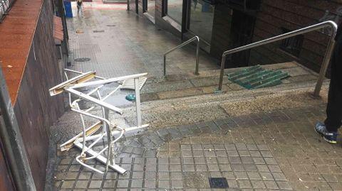 Temporal en Ourense.El tendal de un piso acabó en la calle