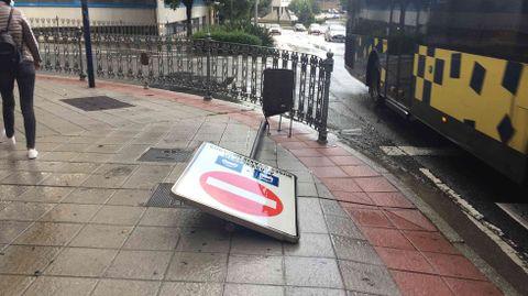 TEmporal en Ourense.Una señal tirada por el temporal
