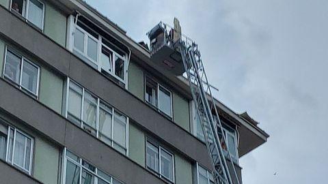 La fuerza del viento provocó que la chapa de un tejado entrara por la ventana de una vivienda en la calle Carriarico