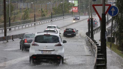 Temporal en Ourense.El Puente Viejo, inundado de agua