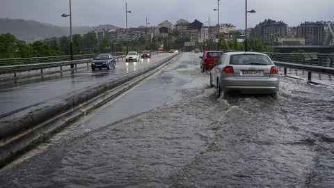 Temporal en Ourense.El Puente Viejo, inundado