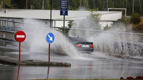 Una de las salidas de la ciudad hacia la N-120, inundada