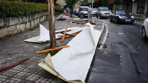 El viento arrancó chapas de varios tejados, que cayeron a la calle