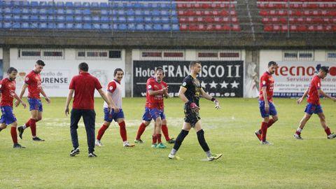 Los futbolistas de Currás se marcharon ovacionados de su último partido este curso en O Couto