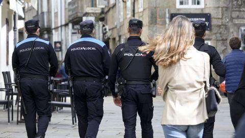 Una patrulla de la Policía Local, patrulla junto a la Nacional en Santiago para vigilar el cumplimiento de la normativa covid