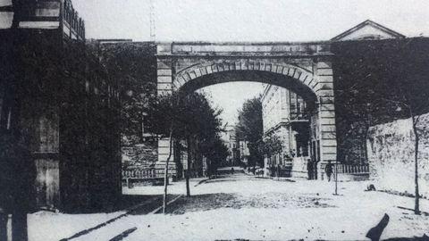 A la izquierda el Lugo Salón, edificio de madera inaugurado en junio de 1911 en Bispo Aguirre, junto a la Muralla